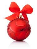 与在白色隔绝的丝带弓的红色装饰圣诞节球 免版税库存图片