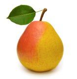 与在白色隔绝的叶子的成熟黄色梨 免版税库存图片