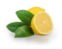 与在白色隔绝的叶子的柠檬 免版税库存图片