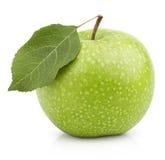 与在白色隔绝的叶子的绿色苹果 库存照片