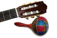 与在白色隔绝的声学吉他的Maracas 库存图片