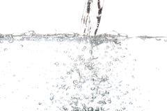 与在白色隔绝的泡影空气的倾吐的饮用水 库存图片