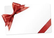 与在白色隔绝的红色丝带弓的礼品券 库存照片