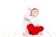 与在白色隔绝的红色心脏的一点天使 免版税库存照片