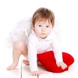 与在白色隔绝的红色心脏的一点天使 图库摄影