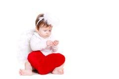 与在白色隔绝的红色心脏的一点天使 库存照片