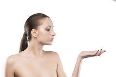 与在白色隔绝的赤裸肩膀的秀丽女性画象 免版税库存图片