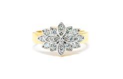 与在白色隔绝的金刚石的美好的金戒指 免版税库存图片