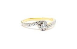 与在白色隔绝的金刚石的金戒指 库存照片