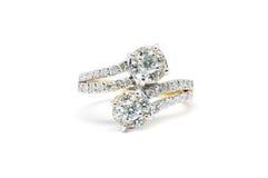 与在白色隔绝的金刚石的金戒指 免版税库存图片
