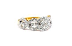 与在白色隔绝的金刚石的金戒指 免版税库存照片