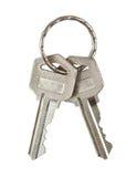 与在白色隔绝的金属圆环的两把钥匙。裁减路线。 免版税库存图片