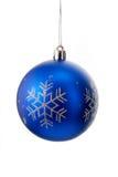 与在白色隔绝的银色闪耀的雪花的蓝色圣诞节球 免版税库存图片
