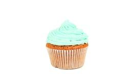 与在白色隔绝的黄油奶油的生日杯形蛋糕 免版税库存图片