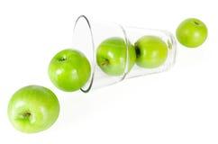 与在白色隔绝的玻璃的新鲜的绿色苹果 库存照片