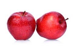 与在白色隔绝的水滴的新鲜的红色苹果 库存图片
