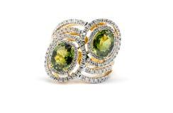 与在白色隔绝的绿色金刚石的金戒指 库存图片