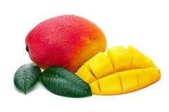 与在白色ba隔绝的裁减和绿色叶子的新鲜的芒果果子 免版税库存照片