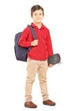 与在白色backgrou和滑板的男性孩子隔绝的背包 免版税图库摄影