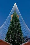 与在立陶宛的维尔纽斯安装的装饰的发光的圣诞树 图库摄影