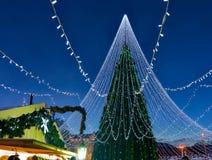 与在维尔纽斯安装的装饰的发光的圣诞树在立陶宛 库存照片