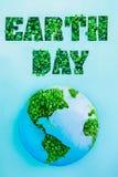与在绿色新草新芽和行星模型的概述的创造性的概念世界地球日上写字在蓝色背景 保存行星, n 库存照片
