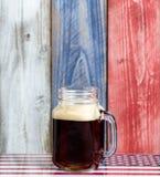 与在美国国民col绘的退色的木板的唯一啤酒 免版税库存图片