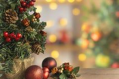 与在背景中弄脏的五颜六色的装饰品装饰的圣诞树 库存照片