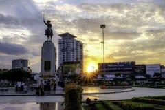 与在背景中设置的太阳的Wongwianyai圈子 曼谷泰国 图库摄影