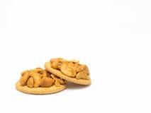 与在背景隔绝的腰果的薄脆饼干 免版税库存照片