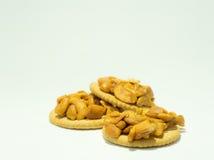 与在背景隔绝的腰果的薄脆饼干 库存图片