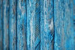 与在蓝色绘的老委员会木纹理的背景 库存照片