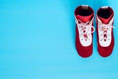 与在蓝色背景的身分战斗的两双鞋子在 免版税库存图片