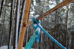 与在金属结构附近被栓的蓝色绳索的生锈的摇摆集合金属 免版税库存图片