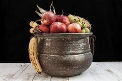 与在金属罐的秋天果子混合 库存图片