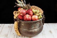 与在金属罐的秋天果子混合 库存照片