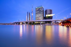与在隅田川和光反映的Skytree在蓝色小时,东京,日本的都市风景 免版税库存照片