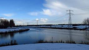 与在雪报道的运河交叉点的冬天风景 免版税图库摄影