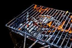 与在黑背景隔绝的明亮的火焰的热的BBQ格栅 库存图片