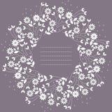 与在紫色backgroun和叶子的圆的框架隔绝的花 免版税库存图片