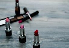 与在backround设置的构成化妆用品的大模型 库存照片