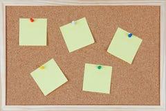 与在corkboard sticked的别针的六个便条纸 免版税库存图片