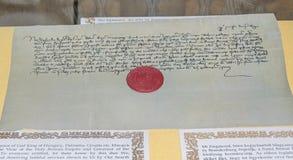 与在Corvins城堡位于的红色封印的老原稿 免版税图库摄影