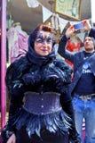 与在Whitby被拍摄的被掩没的Goth妇女的街道场面。 库存图片