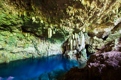 与地下湖的洞 免版税库存图片