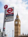与地下独特的伦敦的最著名的伦敦地标大本钟签字 免版税库存照片