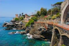 与地中海岩石海岸线和散步的海景在热那亚Nervi 库存图片