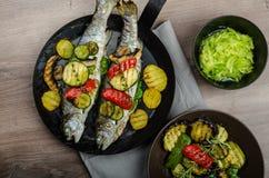 与地中海菜的烤鳟鱼 免版税库存照片