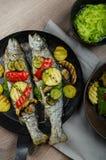 与地中海菜的烤鳟鱼 免版税库存图片