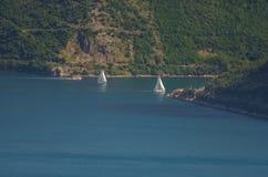 与地中海镇、海和山的美好的风景 黑山海滨、小船和游艇 图库摄影